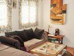 Salón con sofá de matrimonio