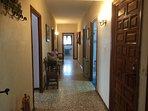 el amplio pasillo que distribuye los cinco dormitorios y dos de los baños