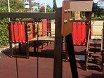 Zona de juegos infantil en la Urbanización al lado de las piscinas