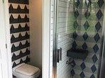 Douche et WC séparés,  Travaillés à la main, douche italienne fraîche et bien ventilée