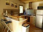 La cuisine équipée avec four, lave-vaisselle, micro-ondes...