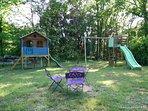 Portique, balançoire, toboggans et cabane de jeux pour les enfants