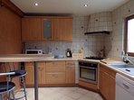 cuisine équipée four, micro ondes, four, lave vaisselle, lave linge et différents ustensiles