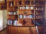 bureau attenant au salon avec livres, jeux, ordinateur pour petits et grands