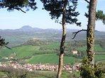 Le village de Saint-Sandoux sur fond de Chaîne des Puys dominée par le mythique Puy de Dôme