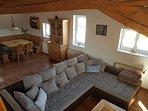 Blick von der Treppe auf Wohn- und Essbereich