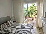 Habitación con cama doble con acceso directo al jardín