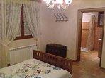 Habitación con cama de matrimonio, cuna y baño privado completo. Apto para sillas de ruedas