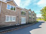 2 HOLLAND HALL MEWS, open-plan living, next to golf course, WiFi, Ref 980789