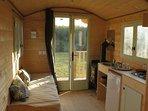 intérieur roulotte (2 lits banquette,  coin cuisine et  poêle à bois)