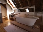 Bath tub in the bedroom