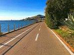 La bellissima pista ciclabile che costeggia il mare