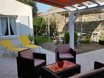 grande terrasse, coin repas sous pergola, salon résine, 4 transats. sans vis à vis.