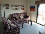 Salon con un sofá de tres plazas y otro de dos