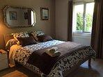 Chambre avec un lit de 160 . Placard avec penderie .