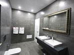 Casa O`Rio near water-bathroom-Enneking Premium Rentals