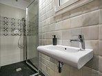 Un bagno completo più vicino al soggiorno, sala da pranzo e camera anteriore