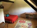Chambre 1 avec un lit 160 et un canapé lit