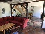 Salon salle à manger avec cheminée et canapé lit