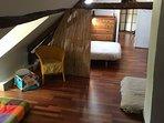 Chambre 2 traversante vers chambre 3 et sdb. 1 lit 160, un canapé lit 1 pl et un matelas au sol