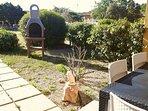 giardino frontale con barbecue
