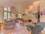 Sunriver-Vacation-Rental---8-Yankee-Mountain---Living-Room-2