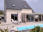 Façade de la maison avec véranda et piscine chauffée