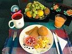 Varias opciones de desayuno típico ecuatoriano