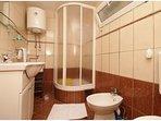 A4 gornji(4+1): bathroom with toilet