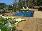 piscine à débordement et son solarium