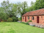 HILL TOP COTTAGE, stunning views, off road parking, garden with orchard, near Li