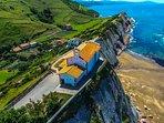 Ermita de San Telmo a unos 600m andando, playa de itzurun y Flysch