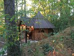 cabane discrète et seule dans ce bois.