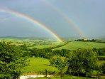 doppelter Regenbogen über dem Tal