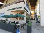 Starbucks all'ingresso del Peninsula Mall.