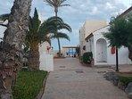 Puerta salida playa urbanización