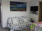 Salone con divano e tv LCD.