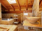 Baño privado del ático con bañera de hidromasaje.