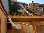 Vue sur les toits de Céret et le massif du Canigou de la terrasse solarium du 2e
