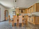 Essbereich  -  große Küche mit Esstisch