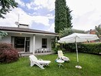 The villetta with lawn, sund beds and sun umbrella