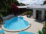 La piscine à l'arrière de la villa sans aucun vis à vis
