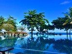 la superbe piscine face à l'Océan Pacifique
