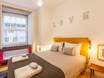 At Old Stone Flats Mercadores, you will be struck by the open and airy bedroom.
