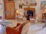 agréable salon avec cheminée