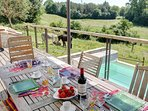 terrasse exposition sud surplombant la piscine