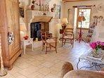 le salon et sa cheminée (bois fourni)