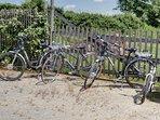 vélos à disposition dont deux vélos à assistance électrique