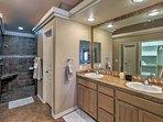 Follow your morning routine in this lavish en-suite bathroom!
