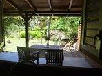 de la cuisine vue sur terrasse et jardin